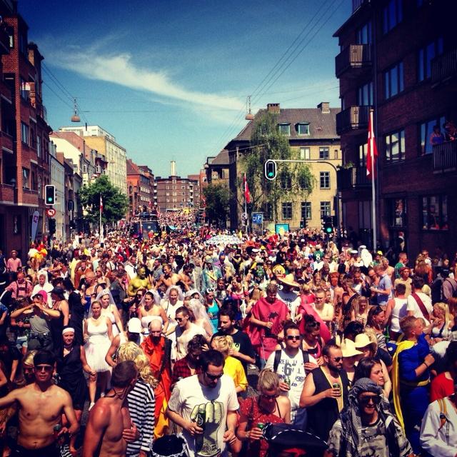 Tusinder og atter tusinder glade karnevalister fester løs til det farverige Aalborg Karneval - fastastisk Aalborg, sådan skal det gøres!
