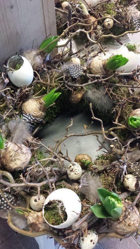 Lente-Paas krans met gebroken eieren/kievitseitjes, mos, bonsaihout, veertjes, hyacinten, etc.