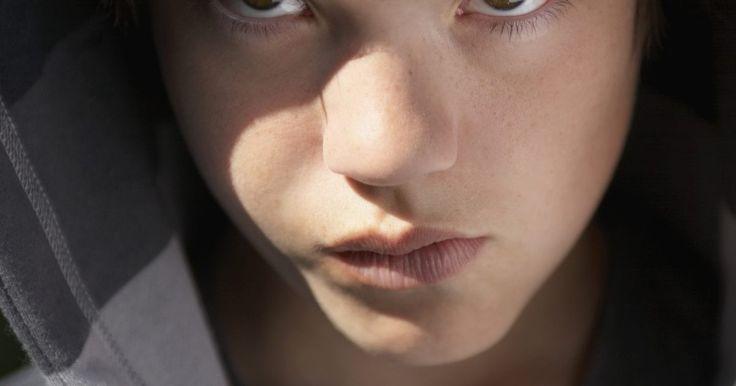 Como lidar com um menino de 12 anos com raiva. Lidar com um garoto de 12 anos com raiva é difícil, emocionalmente exigente e confuso. Uma questão que dificulta lidar com a raiva de meninos de 12 anos de idade é a adolescência e, mais especificamente, a puberdade. O Ohio State Medical Center afirma que a idade média dos meninos começarem a puberdade é entre 9,5 e 14 anos, então há uma boa ...