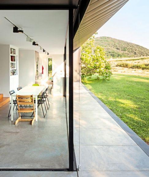 Polierter Beton, weiße Wände und Eichenholz bestimmen das Raumgefühl.