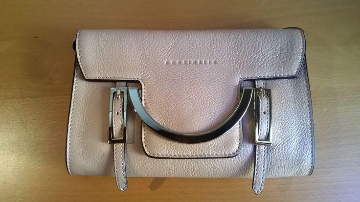 Borsa di #Coccinelle, P/E 2015 in pelle beige, portabile a mano oppure con tracolla lunga o corta.  #LauraSerena #ilmiostilelibro #fashion #fashionstyle #bag #details http://www.ilmiostilelibro.it/nuove-nel-mio-armadio-due-borse-perfette-per-la-bella-stagione/#more-318