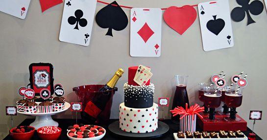 Buffet de sobremesas e bebidas Detalhe do bolo com as cartas que revelam a minha idade Suco de cranberry com espumante brut e brow...