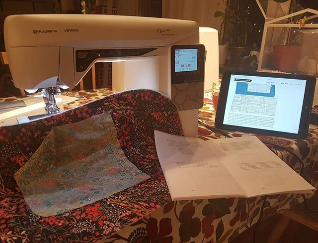 Evenings like that... 😍  Just a step away to cut into this quilt for a welted pocket. Keep your fingers crossed 😫😓 @husqvarnaviking_nordic @grainlinestudio @stoffstil #husqvarnaviking #vikingopal690q #tamarackjacket #grainlinestudio #stoffochstil #stoffstildiy #sewing #sewingaddict #sewingnerd #quilting #handmadewardrobe  #sysysy #sytokig…