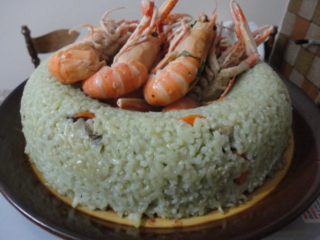 Anello di riso al curaçao, frutti di mare e scampi