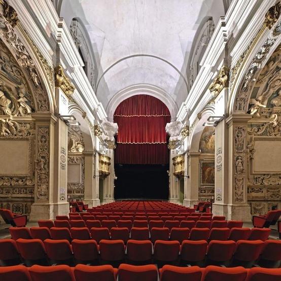 L'ancienne église San Filippo Neri (1651), à L'Aquila (Abruzzes), abrite le théâtre San Filippo depuis 1987. Photographié avant le séisme  qui a frappé la ville le 6 avril 2009, l'édifice, endommagé, est depuis interdit au public. Photo:Andrea Di Martino / Picturetank | Andrea Di Martino / Picturetank