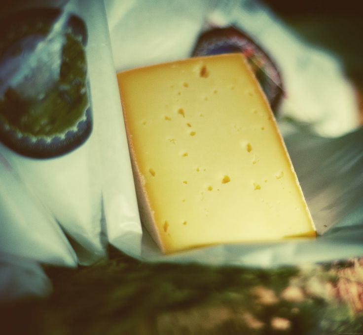 Un morceau de Grondines de la Fromagerie des Grondines: une des saveurs qui vous attends en parcourant la Route Arts et Saveurs.