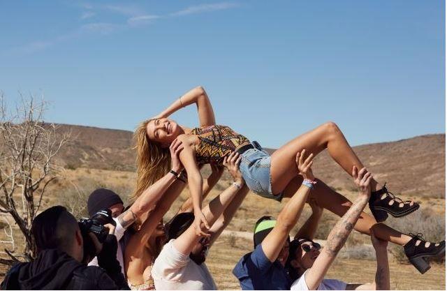 Sta per tornare il festival americano più atteso: il Coachella, che va in scena ogni anno in California. Per l'occasione il colosso della moda low cost svedese presenta la collezione H&M Loves Coachella. Per comunicare l'iniziativa il marchio ha preparato una divertente campagna pubblicitaria girata nel deserto nei pressi di Los Angeles con protagonisti Hailey …