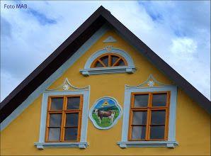 Fotka: Detail štítu statku broumovského typu v Machově. Detail gable farmhouse Broumov type in Machov.
