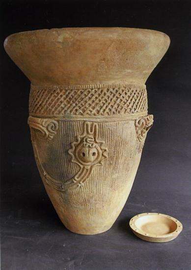 上コブケ遺跡人面装飾付土器・ この土器は今から約4,500年前の縄文時代中期に作られた土器で、考古学では曽利式土器と呼ばれます。