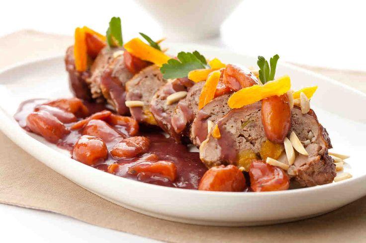 Rolada z kaczki faszerowana morelami i migdałami w sosie z czerwonego wina - wypróbuj sprawdzony przepis. Odwiedź Smaczną Stronę Tesco.