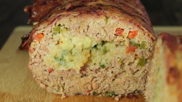Receta con instrucciones en video: Rollo de carne fácil y delicioso Ingredientes: 500 gr. de molida de res, 1/3 cebolla, 1 pimiento verde, 1 pimiento rojo, 2 dientes de ajo, 1 jalapeño, 1 taza de pan molido, 2 huevos, Sal al gusto, Pimienta al gusto, ½ taza de puré de papa, Perejil, Queso manchego al gusto, 300 gr. de tocino, 1 taza de puré de tomate, ½ taza de cátsup, 1 cda. de azúcar morena, 1 cda. de salsa inglesa , ½ cda. de salsa de soya, ½ cda. de salsa picante, ½ cda. de mostaza, ...