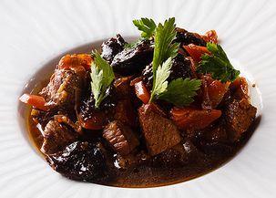 Мясо в горшочках с черносливом