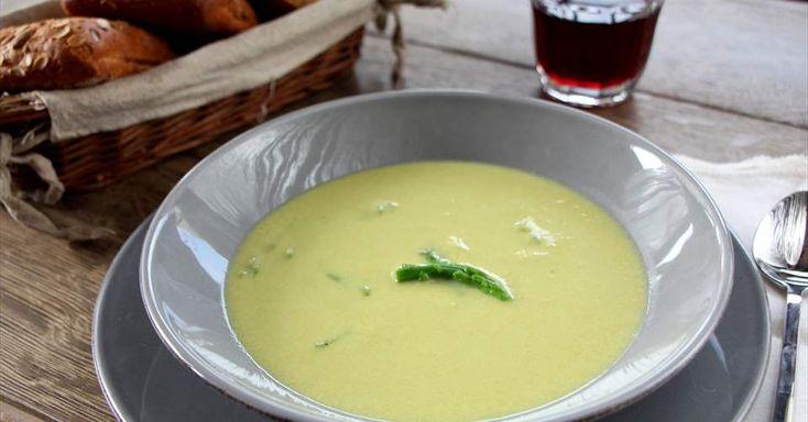 Prepara fácilmente una crema de espárragos casera. Una irresistible receta vegetariana elaborada con leche evaporada Ideal. Descubre más en Nestlé Cocina.
