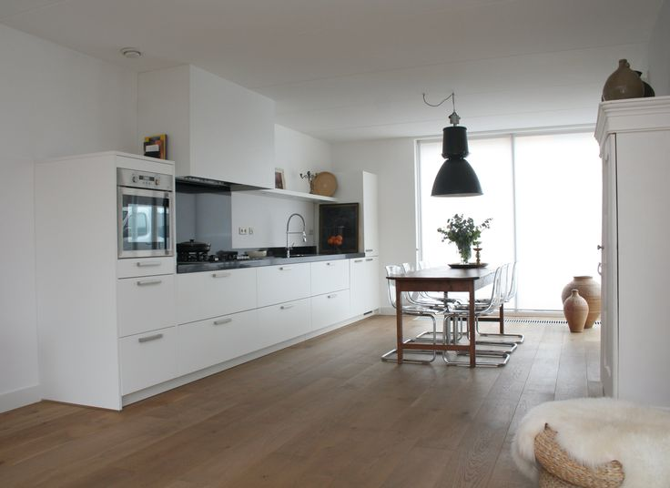 Mooie basic witte woonkeuken.  Woningfotografie en styling MIJNverkoopstyliste.nl
