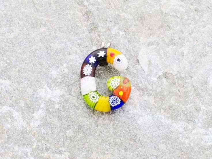 Lettera G  Iniziale in vetro di murano. Ciondolo pendente, colori vari con murrine inserite