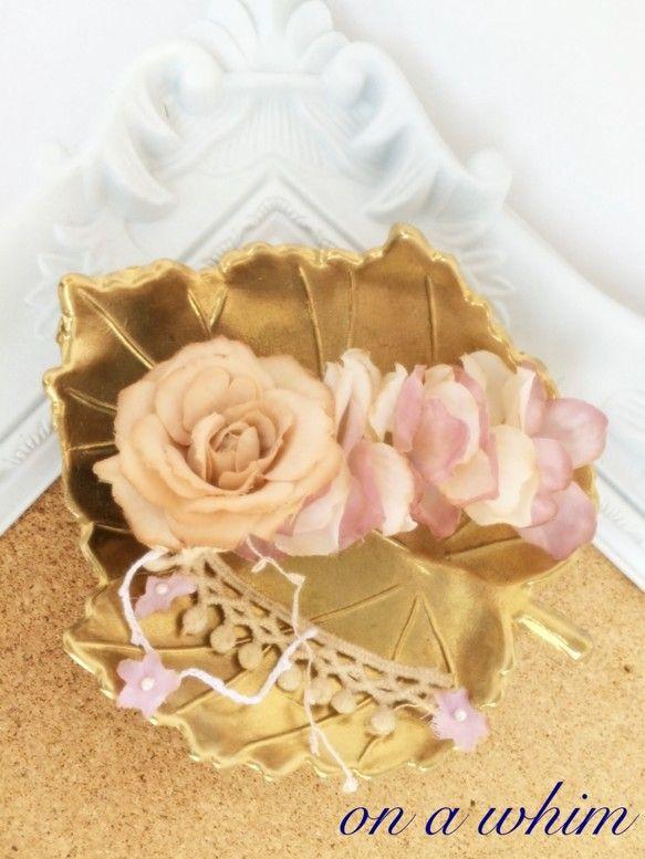 バラと紫陽花を紅茶染めにし、ぎゅっと詰め込みました。紫陽花と紫陽花の間にはパールビーズがチラチラ覗いて見えます。淡く部分染めをしているので、アンティークな色合... ハンドメイド、手作り、手仕事品の通販・販売・購入ならCreema。