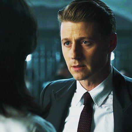 """Кто защищал Готэм до Бэтмена?    В сериале """"Готэм"""" город защищает молодой детектив Джим Гордон (на фото). Это смелый ибезбашенныйидеалист, который переводится в полицию Готэма и понимает, что все его коллеги повязаны в преступлениях, а мафия и государство — одно целое.    Он бросает вызов всем сразу ивстаёт на путь побед, падений, искушений и любовных драм... Вчера вышла последняя серия 3 сезона!"""