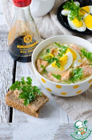 Пшенный суп с семгой и молодой капустой Пшено — 100 г Семга — 350 г Капуста белокочанная (молодая) — 250 г Соевый соус — 2 ст. л. Вода (кипяток) — 1,5 л Соль (по вкусу) Перец черный (по вкусу) Яйцо куриное — 2 шт