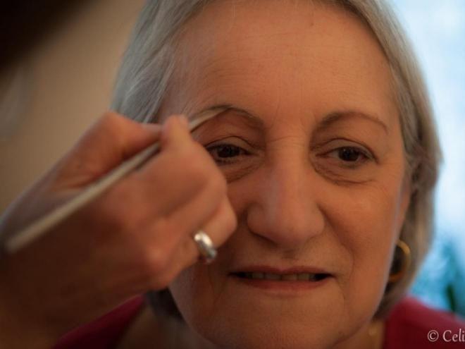 Après 65 ans, le maquillage doit simplement apporter de la lumière, égayer le teint et gommer les signes liés à la fatigue. On choisira des teintes neutres pour ne pas alourdir son visage. Suivez les conseils et le pas à pas de notre maquilleuse professionnelle Jessica Gruner, avec les produits bio Dr. Hauschka.