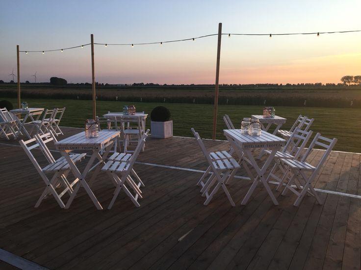 Bruiloft decoratie. Witte bistrostoelen voor je bruiloft. Te huur bij JeBe.nl