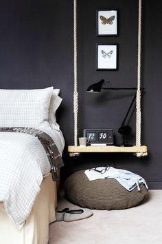 Une balançoire en guise de table de chevet : une idée astucieuse qui complète l'esprit détente de cette chambre.