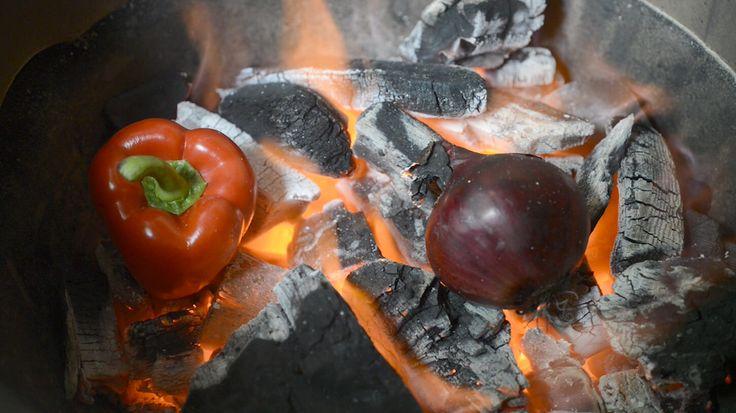 Ralph de Kok maakt een paprikasalsa met rode rui en verse kruiden waarbij hij de ui en de paprika direct in het gloeiende vuur legt.
