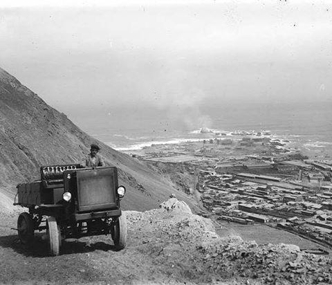 Camión de la época saliendo de Tocopilla con rumbo a Calama en 1920.  Autor desconocido, aporte de Fredy Robledo a www.enterreno.com