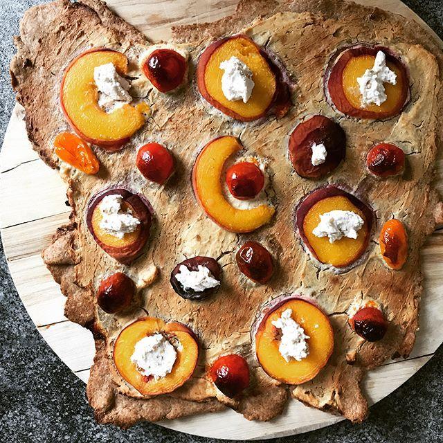 Achtung, absolutes Sucht Potential:  Flammkuchen mit Feigenziegenfrischkäse, Pfirsich und Tomaten. Hier das #dailyisarkitchen Rezept ---------------------------------- Zutaten für 1 Flammkuchen: ---------------------------------- * 1 Pfirsich * 1 Packung Chavroux Ziegenkäse mit Feige * 4 Coktailtomaten * 250 g (Dinkel)Mehl * 125 ml Wasser * 2 EL Öl * etwas Salz ---------------------------------- Zubereitung: ---------------------------------- 1. Backofen auf 200 Grad (Umluft vorheizen) 2…