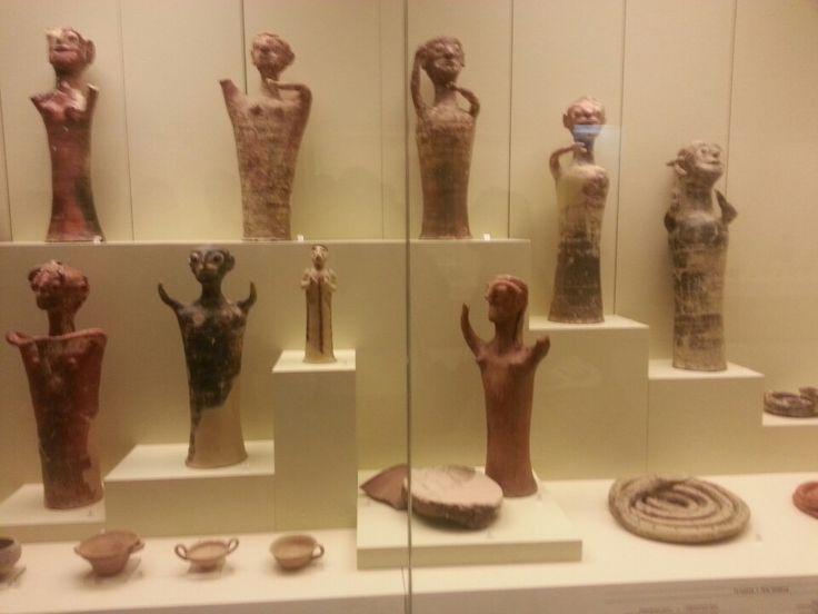 Estatuetas da epoca micênica. Museo arqueológico de Micenas, Grecia.