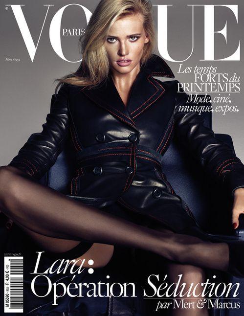 Le numéro de mars 2015 de Vogue Paris avec Lara Stone en trench noir par Mert & Marcus