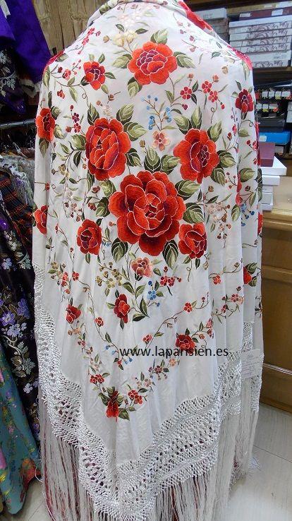 MANTÓN DE MANILA. Blanco bordado a mano en colores, seda natural, 140x140 más el fleco.