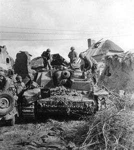 Американские солдаты на захваченном штурмовом орудии StuG IV из 2-й тд СС «Das Reich».