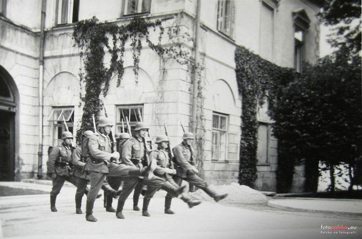 Lublin - 1942 rok, zmiana warty przed palacem Lubomirskich. Ten krok defiladowy (parademarsch) nie bardzo im wychodzil
