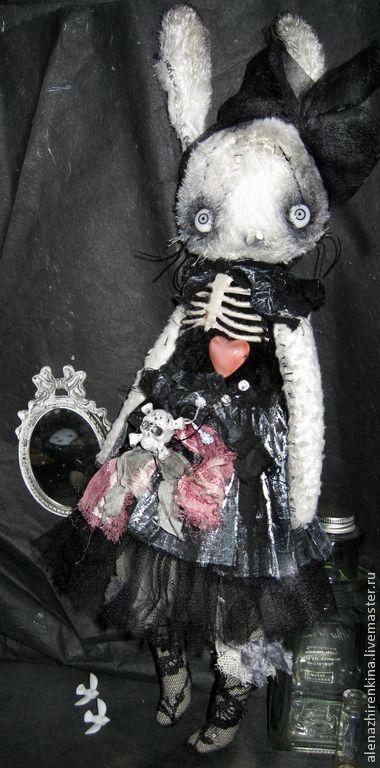 Белый кролик-призрак в чулочках и платье рваными рюшечками из ' Дома с привидениями' Набит опилками.