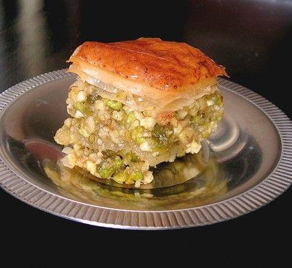 Ingrédients / pour 8 personnes  Pour un grand plat à gratin rectangulaire de 25 x 30 cm environ : 250 g de noix décortiquées 125 g de pistac...