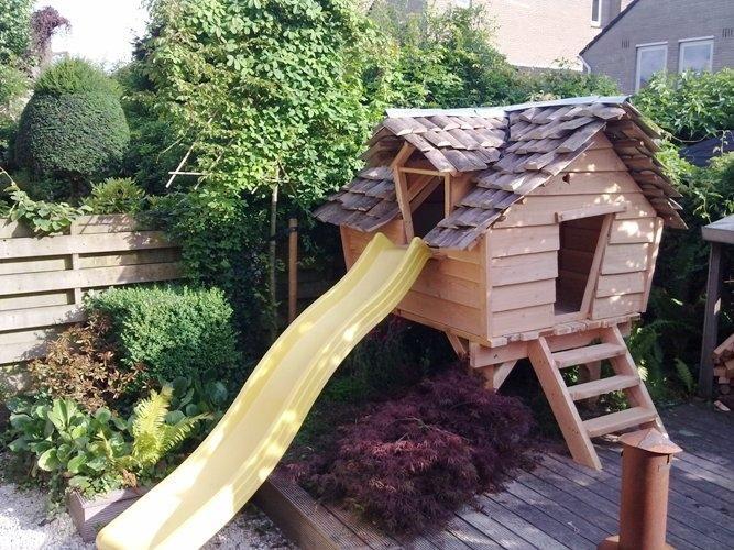 Het belangrijkste voor deze klant was de uitstraling van het huisje. Met zijn scheve wanden van douglas planken, dikke planken vloer en houten dakpannetjes is het een waar sprookje geworden!