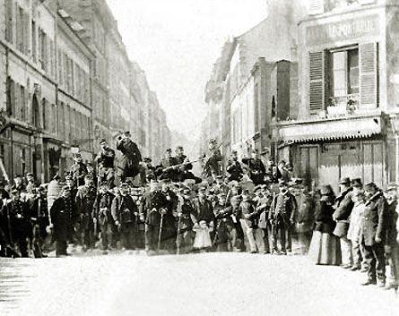 communard sur une barricade de la commune de paris en 1871 dans le 11e arrondissement de la capital