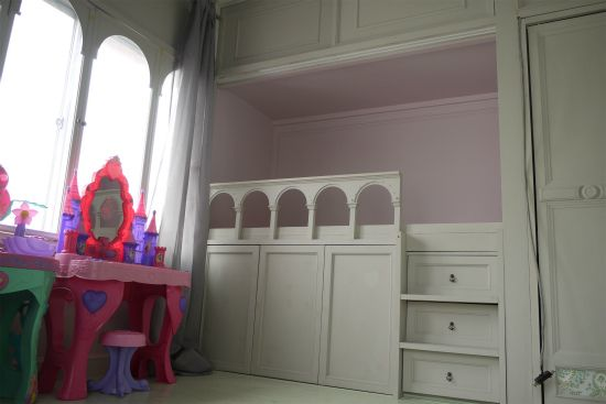 DIYで押し入れをベッドにしてお部屋と一体化しています。 ホワイトにカラーリングをして女の子が大好きなお城のイメージになりました。 「ここが押し入れだった・・・」なんて、誰も想像できませんね。