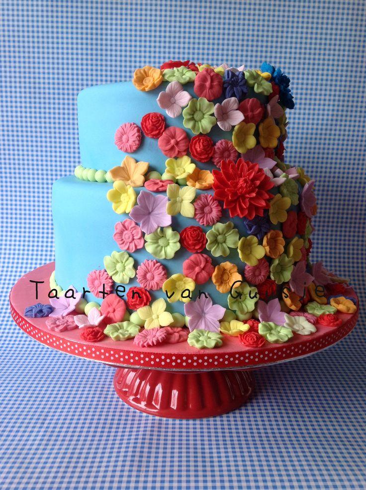 Flower cake. Love flowers! Made by Taarten van Guusje  www.taartenvanguusje.nl