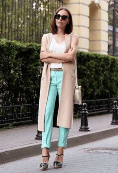 Пальто без рукавов, бирюзовые брюки, белая футболка, босоножки, пояс, сумочка, солнечные очки