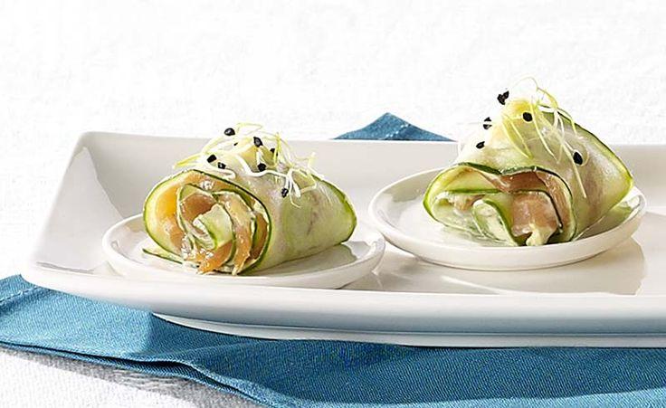 Komkommerrolletje met zalm en avocadomousse