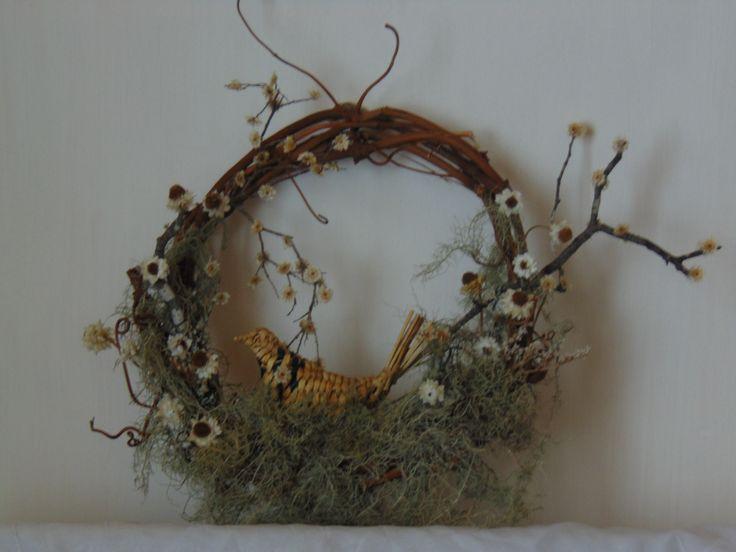 Corona de flores secas y musgo.