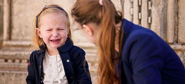 Ποιος είναι ο σωστός τρόπος να αντιδράτε όταν το παιδί κλαίει, ουρλιάζει και γίνεται ατίθασο σε δημόσιους χώρους; Η ειδικός εξηγεί.