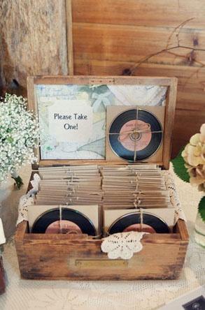 Un buen recuerdo: CD en forma de discos de vinil con las canciones para enamorar