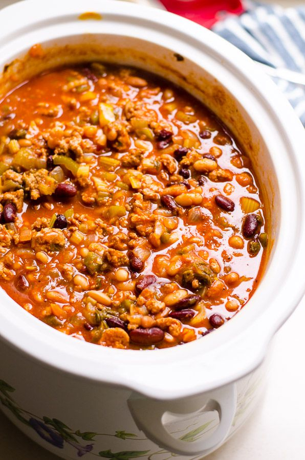 Healthy Turkey Chili Recipe from The Biggest Loser cooked on stovetop or in slow cooker (crockpot) with ground turkey, beans, celery and peppers for the best turkey chili.| ifoodreal.com