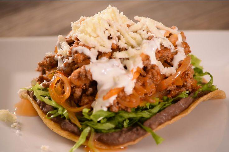 Receta de Tinga de carne molida de res con chipotle. Prepárala en tostadas mexicanas, es fácil, rápida y rendidora, acompaña con frijol, crema y queso.