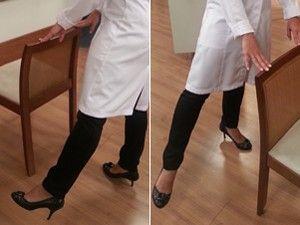 Leve à perna para o lado sem dobrar os joelhos (Foto: Mariana Palma/G1)