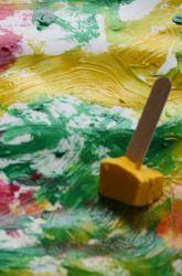 Congelación de pintura en bandejas de cubitos de hielo (con una manija palito de madera) y luego pintar