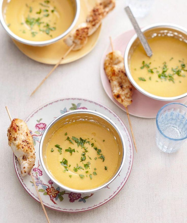 So ein Schmeichler! Sanfte Suppe mit Linsen und Sesampaste. Dazu schmecken kräftig mit Koriander und Piment d'espelette gewürzte Hähnchenspieße.