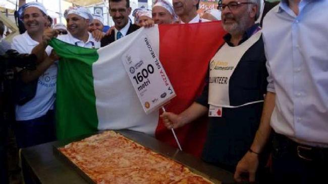 Expo, l'Italia si aggiudica il record della pizza più lunga del mondo: #pizza #expo2015 http://www.tgcom24.mediaset.it/magazine/speciale-expo-2015/expo-l-italia-si-aggiudica-il-record-della-pizza-piu-lunga-del-mondo-1-595-metri_2117823-201502a.shtml…